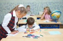 Leerlingen in een klasse. Stock Foto's