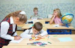 Leerlingen in een klasse. Royalty-vrije Stock Afbeeldingen