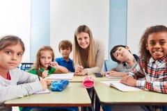 Leerlingen in een klasse van een lage school royalty-vrije stock fotografie