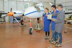 Leerlingen en een vliegtuig royalty-vrije stock afbeelding