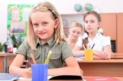 Leerlingen in klaslokaal Stock Afbeeldingen