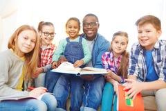 Leerlingen met leraar stock afbeelding