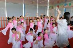 Leerlingen op Chinese traditionele volksdansles Stock Foto