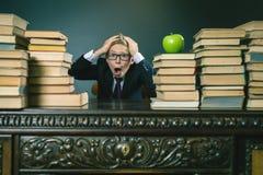 Leerlingsjongen in spanning of depressie bij schoolklaslokaal Stock Afbeeldingen
