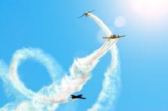 Leerlokflugzeug mit einer Spur der weißen Rauchfliege in den Gruppen im blauen Himmel mit Sonnenlicht und grellem Glanz Stockfoto