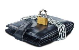 Leerportefeuille met slot en ketting op wit geïsoleerde achtergrond Concept het beschermen van elektronisch geld en veiligheids p stock foto