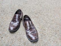 Leerschoenen op de vloer Royalty-vrije Stock Afbeeldingen