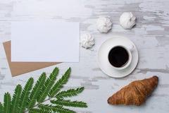 Leerseite auf rustikalem hölzernem Hintergrund mit croasant, Kaffee, Eibische Weinlesemodell mit Textplatz Lizenzfreies Stockbild
