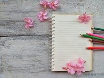 Leerseite des Notizbuch- und Bleistiftkonzept- und -ideenhintergrundes Stockbild