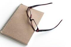 Leerseite eines Notizbuches und der Brillen Stockbild