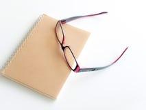 Leerseite eines Notizbuches und der Brillen Lizenzfreie Stockbilder