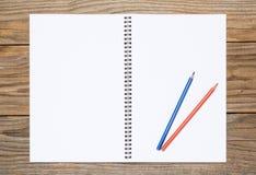 Leerseite eines Sketchbook mit farbigen Bleistiften Stockbild
