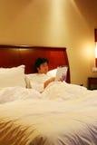 Lees boek op het bed Stock Afbeeldingen