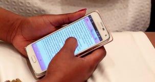Lees de Tekst op Smartphone stock videobeelden