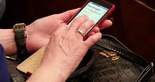 Lees de Tekst op Smartphone stock video