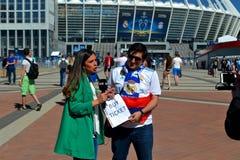 Lees de voetbalventilator van Madrid zoekend kaartjes, UEFA-Def. 2018, Kiev, de Oekraïne van de Kampioenenliga, Royalty-vrije Stock Foto's