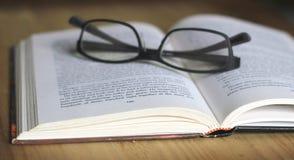Lees Open boek Stock Foto's