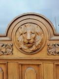 leeuw bas-hulp op de deur van het huis royalty-vrije stock afbeelding