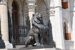 Leeuw bij de belangrijkste ingang van het Parlement van Boedapest Stock Foto