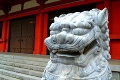 Leeuw hoofdbeeldhouwwerk in Japan Stock Foto