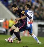 Leeuw MessiL van de strijden van FC Barcelona met Kampioen AlvarezR van RCD Espanyol stock foto's