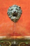 Leeuw Sculture met bronwater Stock Foto's