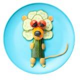Leeuw van groenten op blauwe plaat wordt gemaakt die Royalty-vrije Stock Afbeelding