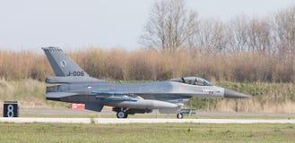 LEEUWARDEN, НИДЕРЛАНДЫ - 11-ОЕ АПРЕЛЯ 2016: Голландский F-16 на gr Стоковая Фотография