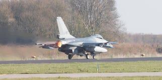 LEEUWARDEN, НИДЕРЛАНДЫ - 11-ОЕ АПРЕЛЯ 2016: Голландский F-16 на gr Стоковая Фотография RF