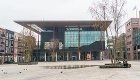 Leeuwarden, die Niederlande am 14. April 2018 Leute, die auf Th sitzen stockfotos
