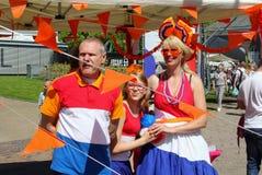 Leeuwarden, die Niederlande am 5. Mai 2018 niederländische Familie kostümiert nationale Farben Lizenzfreie Stockbilder