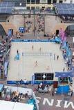 Leeuwarden holandie - Czerwiec 10: Kobiety wyrzucać na brzeg volleybal matę zdjęcia stock
