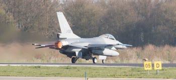 LEEUWARDEN NEDERLÄNDERNA - APRIL 11, 2016: En holländareF-16 på gren Royaltyfri Bild