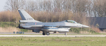 LEEUWARDEN NEDERLÄNDERNA - APRIL 11, 2016: En holländareF-16 på gren Fotografering för Bildbyråer
