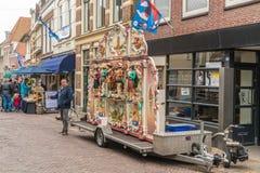 Leeuwarden Nederländerna, april 14 2018, folk som passerar ta tr royaltyfri fotografi