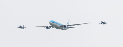 LEEUWARDEN NEDERLÄNDERNA - JUNI 11 2016: HolländareKLM Boeing escorte Arkivbilder