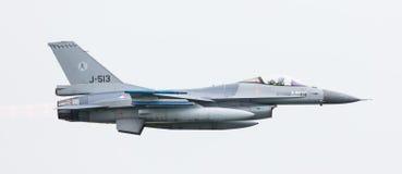 LEEUWARDEN NEDERLÄNDERNA - JUNI 11, 2016: Holländsk F-16 kämpe j Royaltyfria Bilder