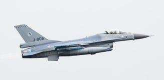 LEEUWARDEN NEDERLÄNDERNA - JUNI 11, 2016: Holländsk F-16 kämpe j Arkivfoto