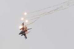 LEEUWARDEN NEDERLÄNDERNA - JUNI 11, 2016: Holländsk F-16 kämpe j Arkivbild