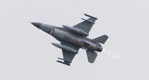 LEEUWARDEN NEDERLÄNDERNA - JUNI 11, 2016: Holländsk F-16 kämpe j Royaltyfri Foto