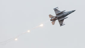 LEEUWARDEN NEDERLÄNDERNA - JUNI 11, 2016: Holländsk F-16 kämpe j Arkivbilder