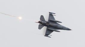 LEEUWARDEN NEDERLÄNDERNA - JUNI 11, 2016: Holländsk F-16 kämpe j Arkivfoton