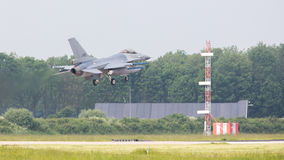 LEEUWARDEN NEDERLÄNDERNA - MAJ 26: Kämpe F-16 under en compa Arkivfoto