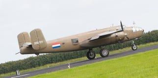 LEEUWARDEN, OS PAÍSES BAIXOS - 10 DE JUNHO: Bombardeiro de WW2 B-25 Mitchell Fotografia de Stock