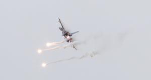 LEEUWARDEN, OS PAÍSES BAIXOS - 11 DE JUNHO DE 2016: Caça F-16 holandês j Fotografia de Stock
