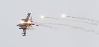 LEEUWARDEN, OS PAÍSES BAIXOS - 11 DE JUNHO DE 2016: Caça F-16 holandês j imagens de stock