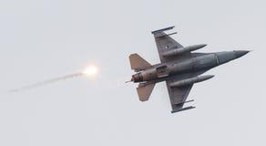 LEEUWARDEN, OS PAÍSES BAIXOS - 11 DE JUNHO DE 2016: Caça F-16 holandês j imagens de stock royalty free