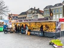 Leeuwarden, os Países Baixos, o 14 de abril de 2018, queijo de compra dos povos foto de stock