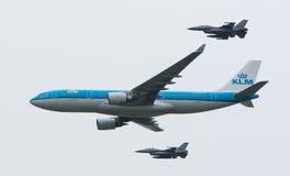 LEEUWARDEN, PAÍSES BAJOS - 11 DE JUNIO DE 2016: Escorte de KLM Boeing del holandés Imágenes de archivo libres de regalías