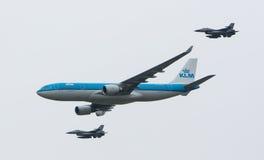 LEEUWARDEN, PAÍSES BAJOS - 11 DE JUNIO DE 2016: Escorte de KLM Boeing del holandés Foto de archivo libre de regalías